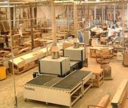 الأثاث الخشبي والمعدني